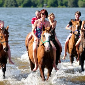 groupe à cheval au lac