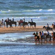 Groupe à cheval sur la plage de Mimizan